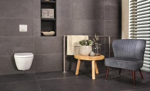 Een landelijke badkamer met hout